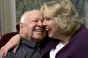 Mickey Rooney junto a su mujer en 2002